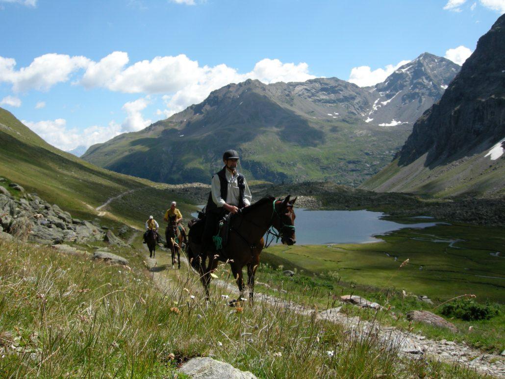 Escursione cavallo montagna lago di montagna alpi arnoga