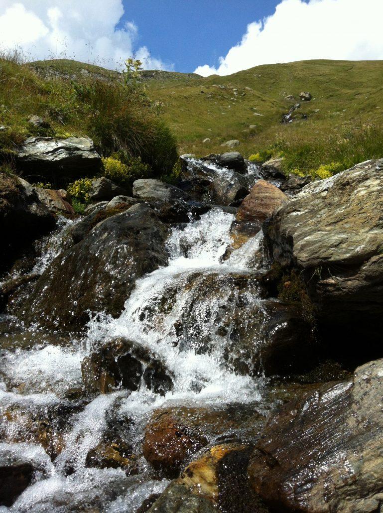 Fiume ruscello sorgente montagna acqua