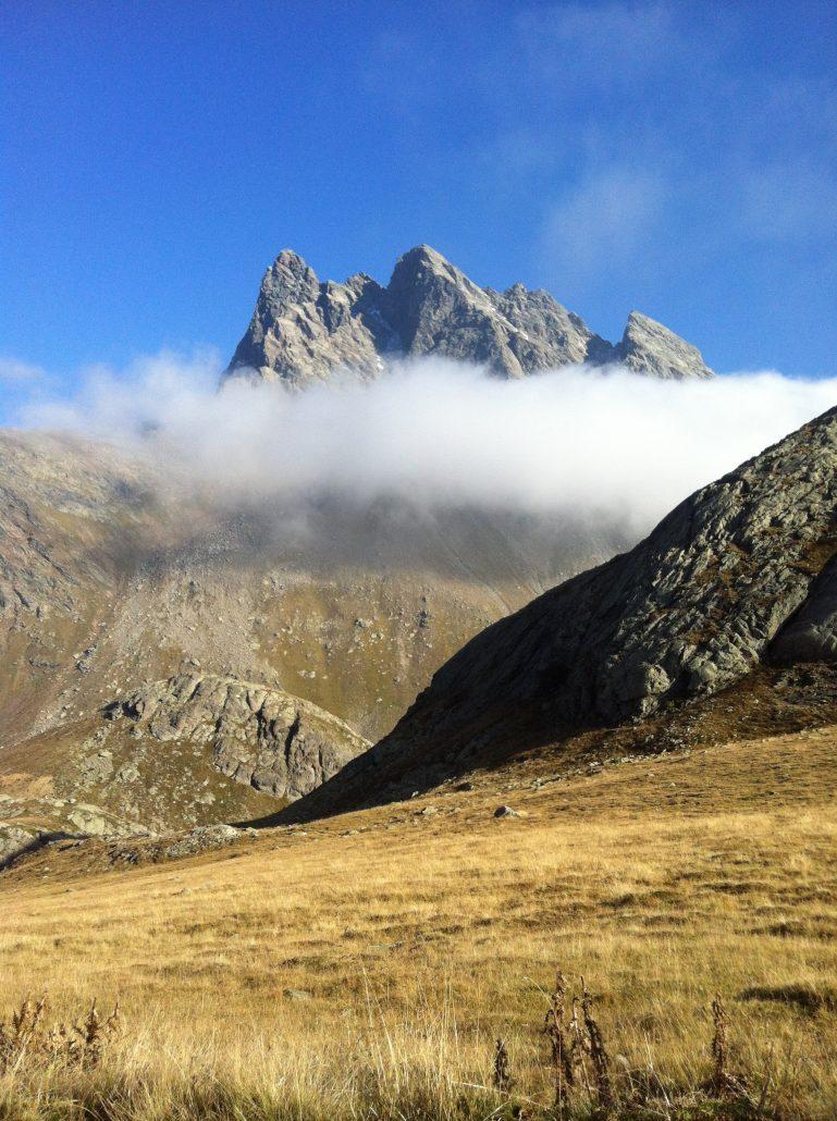 Val viola vetta montagna nuvole alpi